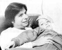 Isän sylissä ensimmäisenä vapauden päivänä marraskuussa 1992.